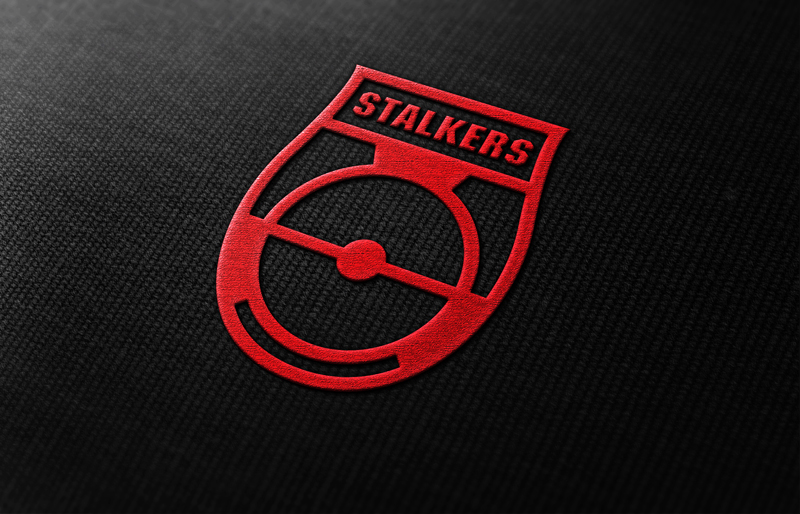 Благодаря исполнению в одном цвете, логотип легко воспроизодится в жизни. Например, в виде сувенирной вышитой нашивки.