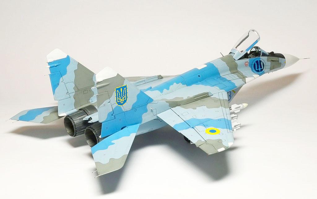 Эмблема, основана на эмблеме авиации Украинской Галицкой Армии. Модифицированный тризуб вписаный в авиационный рондель.