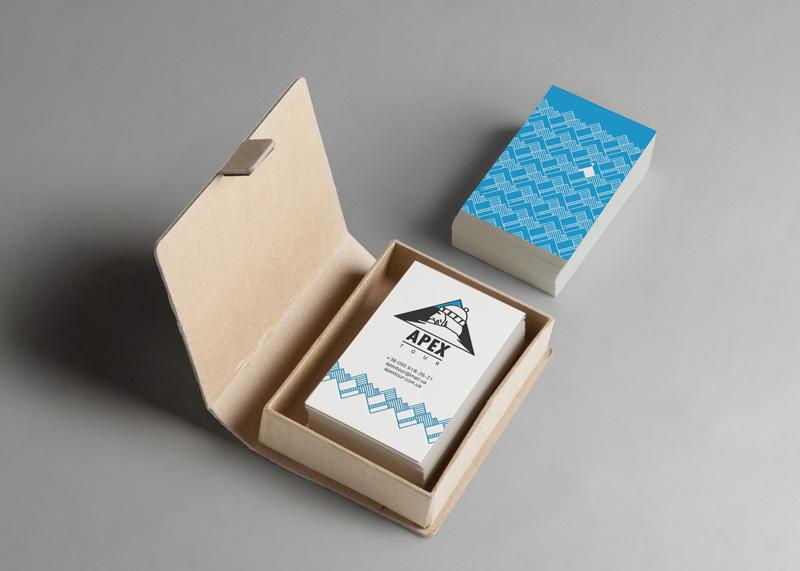 Атмосферная фирменная визитка изготавливается трафаретным способом в два цвета на дизайнерском картоне.