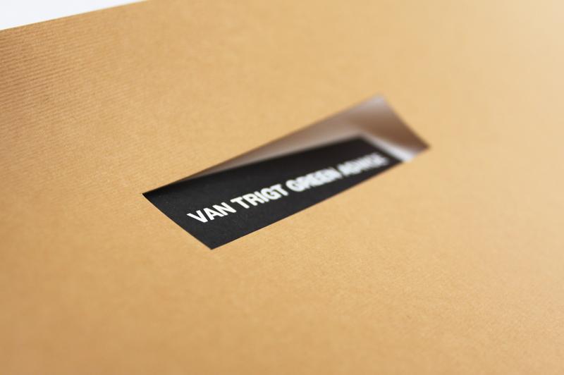 """Мы создали брошюру с необычным креплением пружиной снизу. Обложку сделали из дизайнерского картона. Это лишний раз подчеркнуло, что Людмила Белодед работает с природными материалами. Также в обложке сделали высечку - """"окошко"""" для названия компании."""