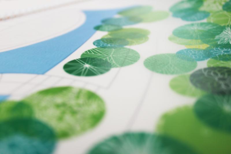 """Кроны растений и водоемы, напечатанные на кальке, красиво """"ложатся"""" на план помещения."""