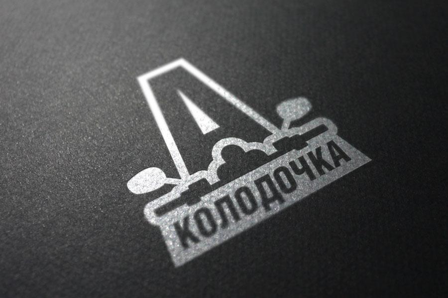 Логотип выполнен в один цвет и легко наносится на любую поверхность с помощью трафарета.
