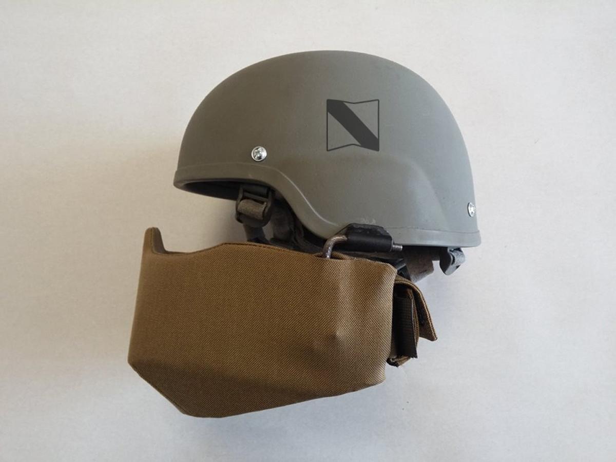"""Кевларовый шлем с защитной маской бойца ротно-тактической группы 169 учебного центра """"Десна"""". Емблема хорошо считываема, узнаваема даже в малых размерах."""